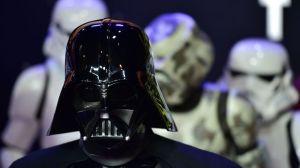 dark-vador-et-des-stormtroopers-a-la-premiere-du-nouvel-opus-star-wars-le-16-decembre-2015-a-londres_5485322