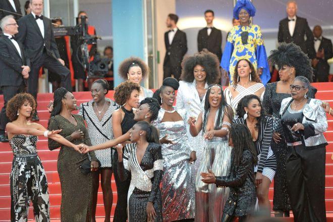 les-actrices-francaises-noires-sont-arretees-parcours-des-marches-pour-danser_width1024.jpg