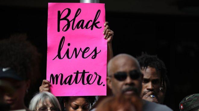 le-mouvement-black-lives-matter-slogan-repris-dans-cette-manifestation-du-4-avril-2018-a-sacramento-californie-denonce-la-disproportion-avec-laquelle-les-noirs-sont-tues-par-des-policiers-blancs-aux-etats-unis_6067034.jpg